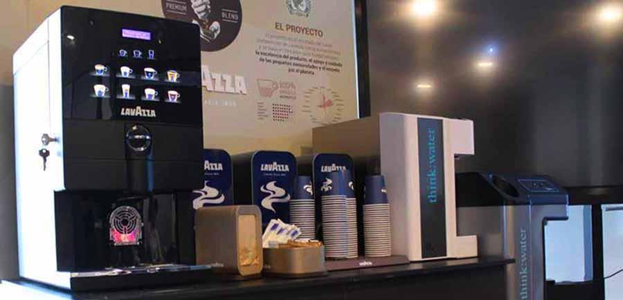 maquina de cafe lavazza profesional y vasos de cafe